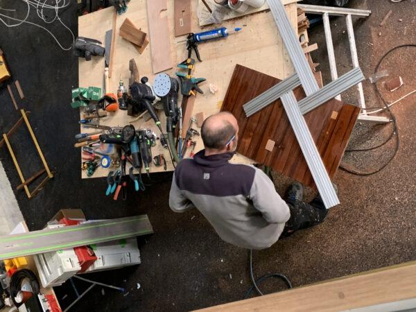 Captain Gugg bei der Arbeit mit Holz :)